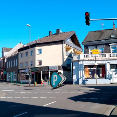 Foto: Ampel Edelhoffstraße (gegenüber: Podologische Praxis / rechts zwischen den Gebäuden: Einfahrt zum Parkplatz)