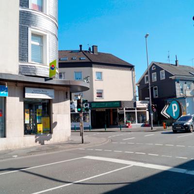 Foto: Bushaltestelle aus Richtung Wuppertal (gegenüber: Podologische Praxis / rechts zwischen den Gebäuden: Einfahrt zum Parkplatz)