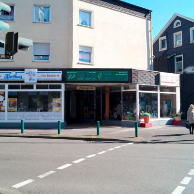Foto: Fußgängerampel Büchelstraße (gegenüber: Podologische Praxis / rechts zwischen den Gebäuden: Einfahrt zum Parkplatz)