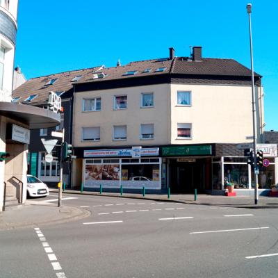 Foto: Fußgängerampel Hastener Straße (gegenüber: Podologische Praxis / rechts zwischen den Gebäuden: Einfahrt zum Parkplatz)